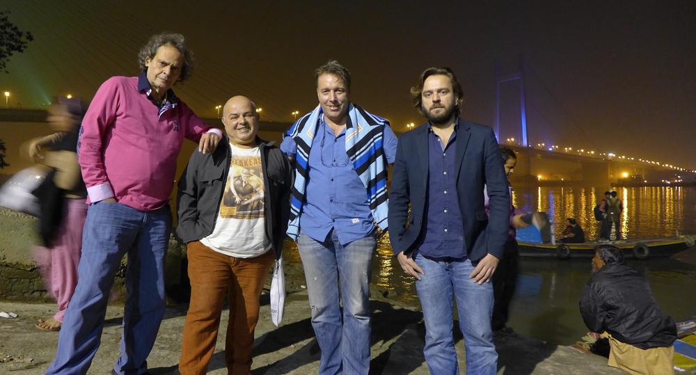 I selebert selskap etter båttur på Ghanges, som dei kalla elva gjennom byen. Frå venstre Roland Dyens, Petko Genkov, Lars Ivarsøy og Marcin Dylla.