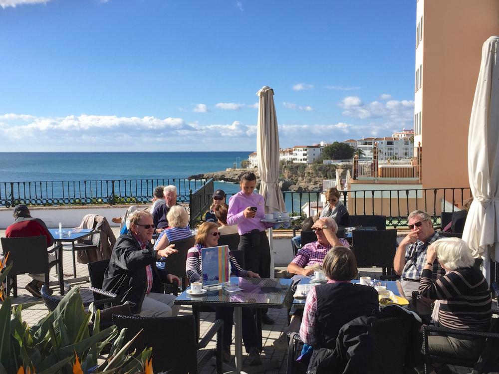 Det ervinter i Spania òg, men vêrgudane er snille mot oss og lar folk sitja ute og nyta dei første solstrålene og det som kjem på bordet av vått og tørt, som her på Balcon de Europa i Nerja. Våren er like om hjørna!