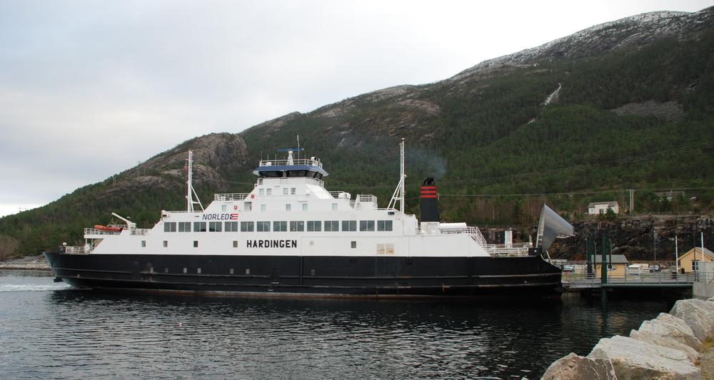«Hardingen» ved Årsnes. (Foto Harald Sætre)