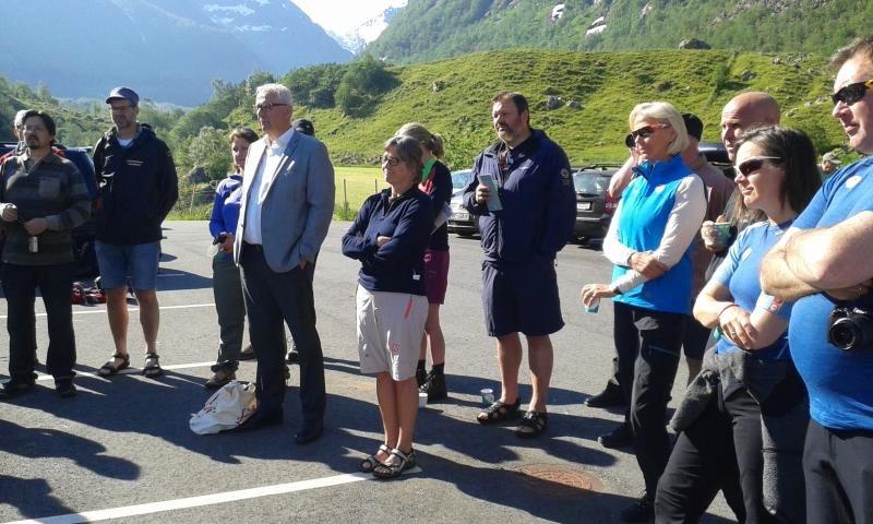Både prominente gjester og andre interesserte møtte opp for å markere opninga av den ny-gamle turistvegen.
