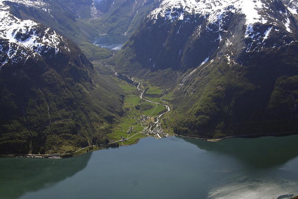 Oppe i fjellsida på venstre sida av Sundal låg steinen.
