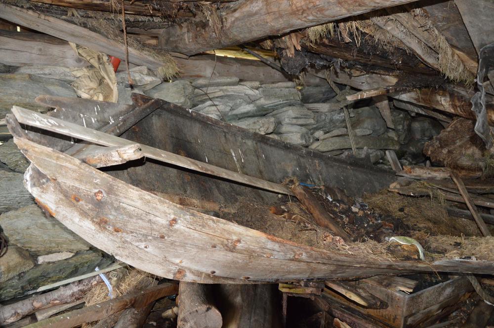 Restane etter robåten til Tjerand Aske ligg enno i naustet hans.
