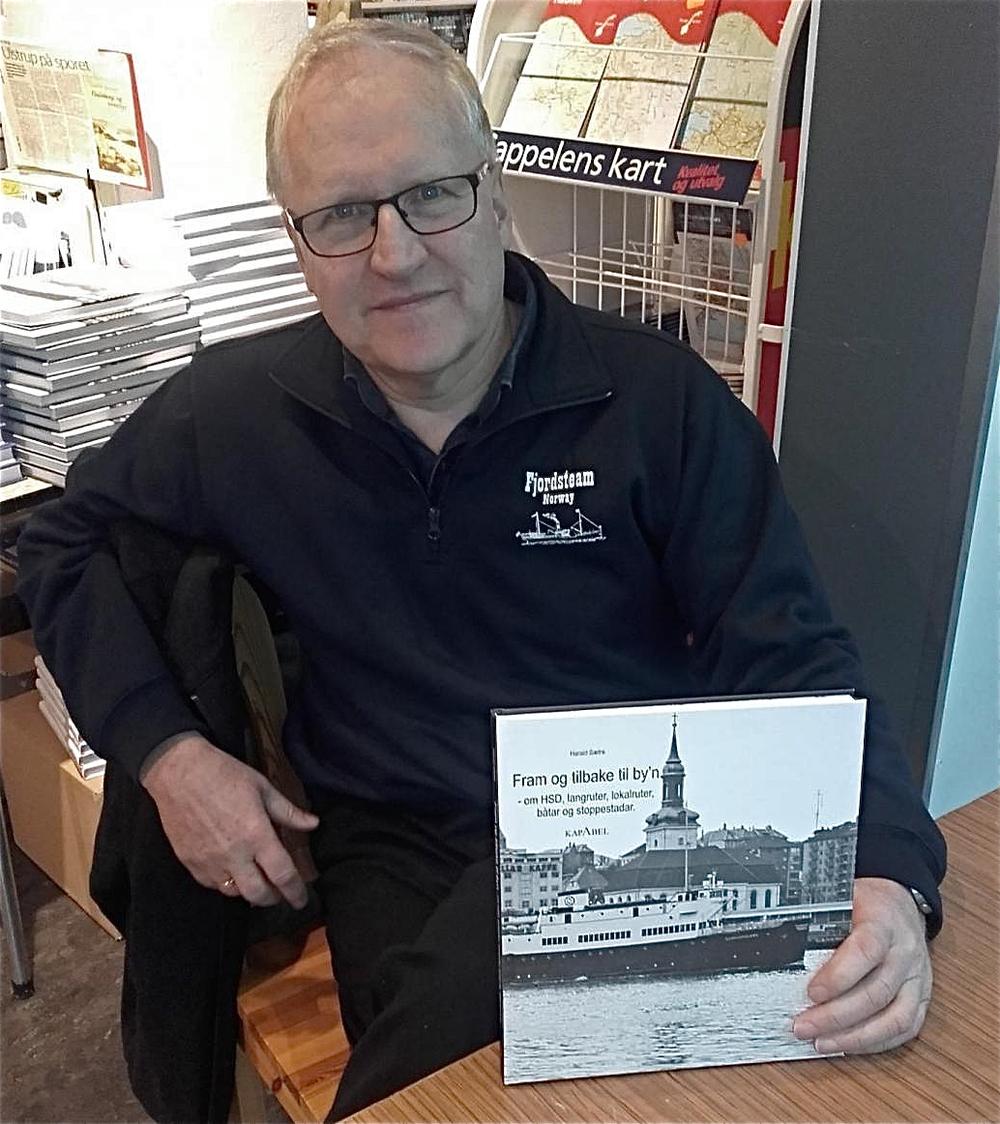 Harald Sætre signerte bøker i bokhandelen på Husnes laurdag. (Foto: Kristian Olav Bringedal).