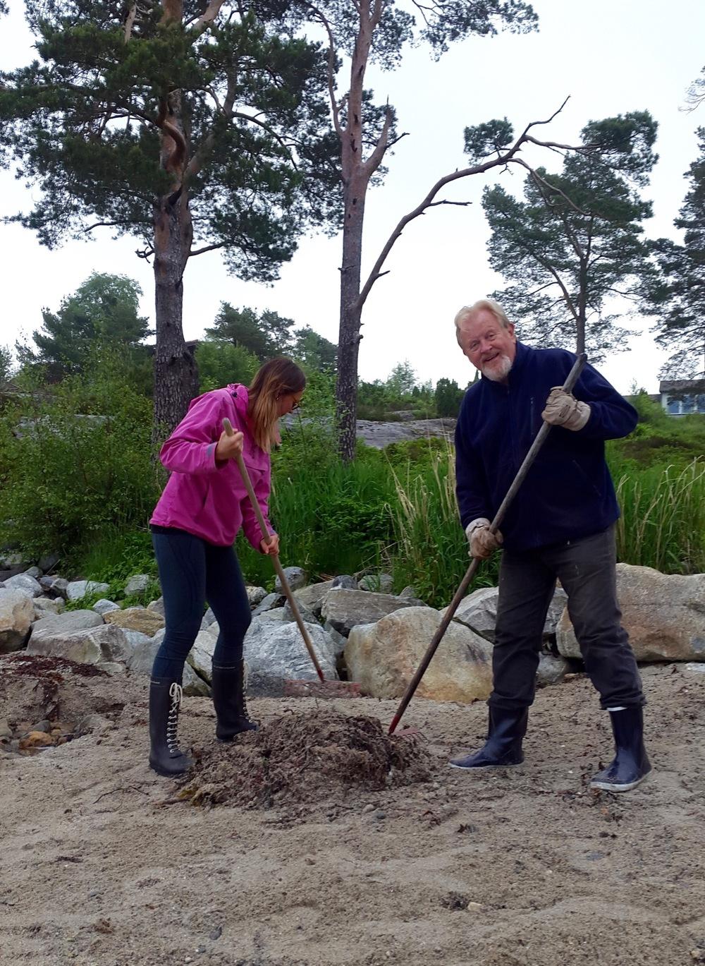 Brynhild Stokka og Jan B. Ingvaldsen i aksjon på ryddedagen. (Foto: Åsfrid Barstad)
