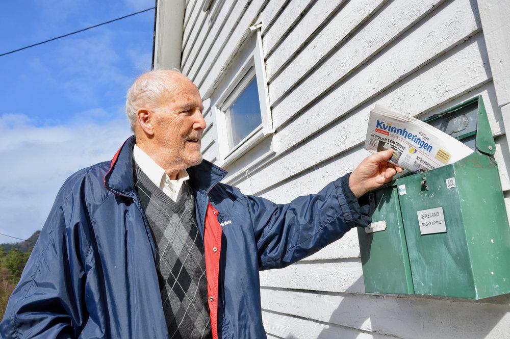 Trygve har postkasse i tunet og følgjer enno godt med på kva som skjer i samfunnet.