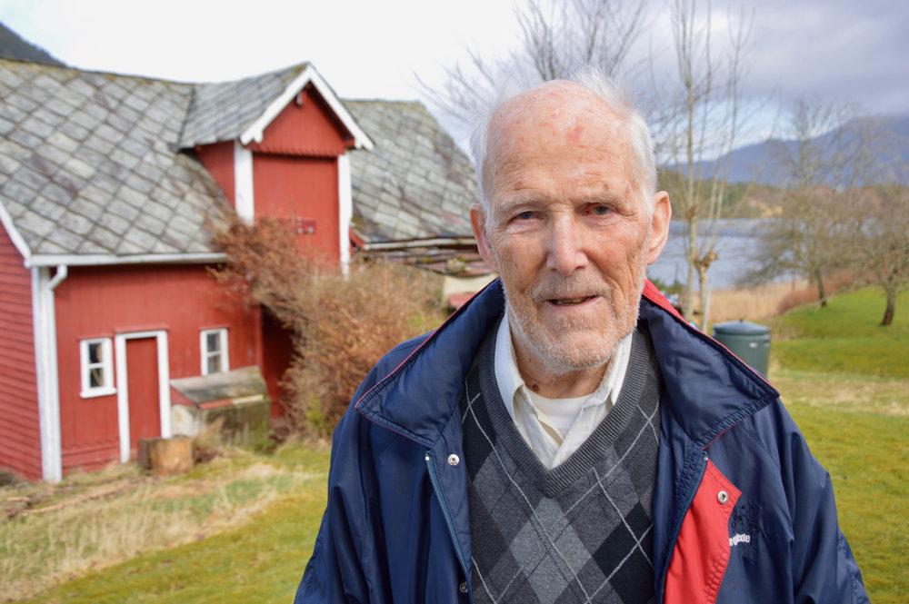 Trygve W. Eikeland bur i eigen heim og greier seg stort sett på eiga hand. Løa i bakgrunnen og hovudhuset vart bygt av far hans.