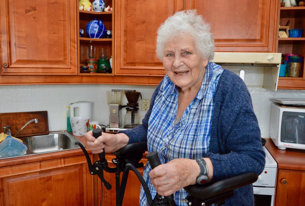 Etter mange år på garden i Omvikdalen, har ikkje 91-åringen problem med å stella og koka i sitt eige kjøken.