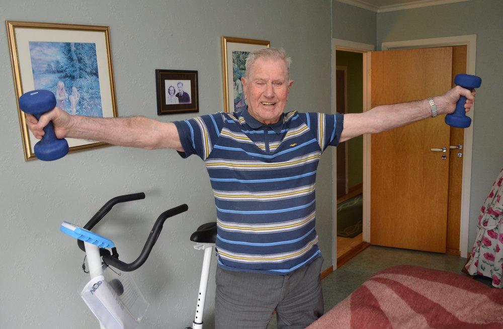 Trim er viktig, spesielt for eldre menneske, seier den gamle industriarbeidaren. Kvar dag løfter han vekter og trør på sykkelen.