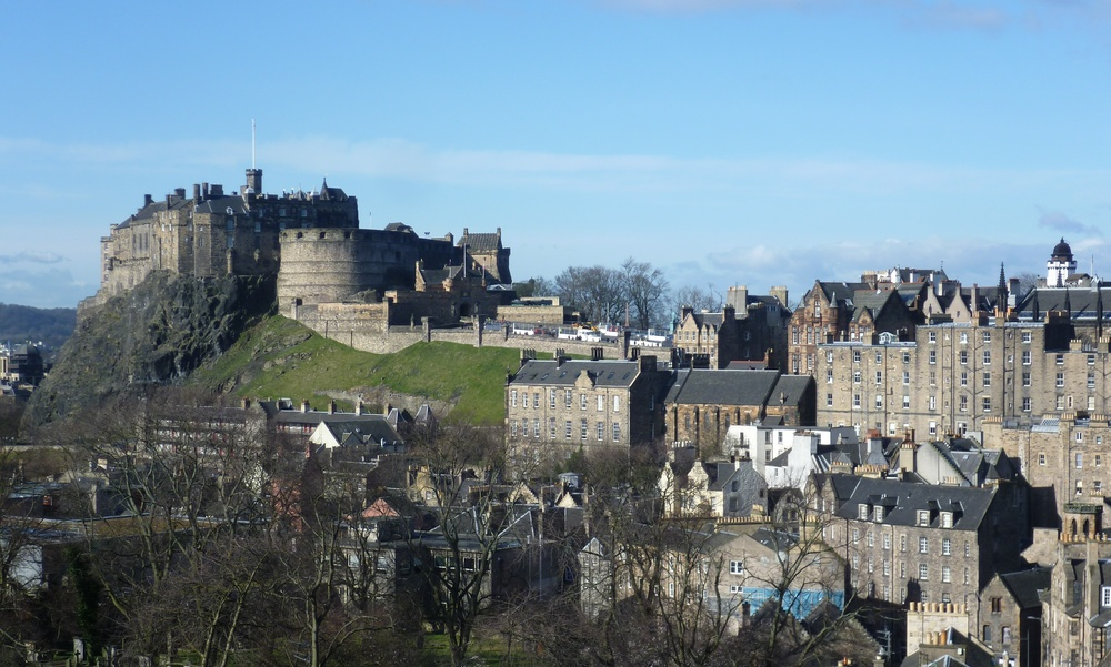 «Edinburgh Castle from the south east» de Kim Traynor - Trabajo propio. Disponible bajo la licencia CC BY-SA 3.0 vía Wikimedia Commons