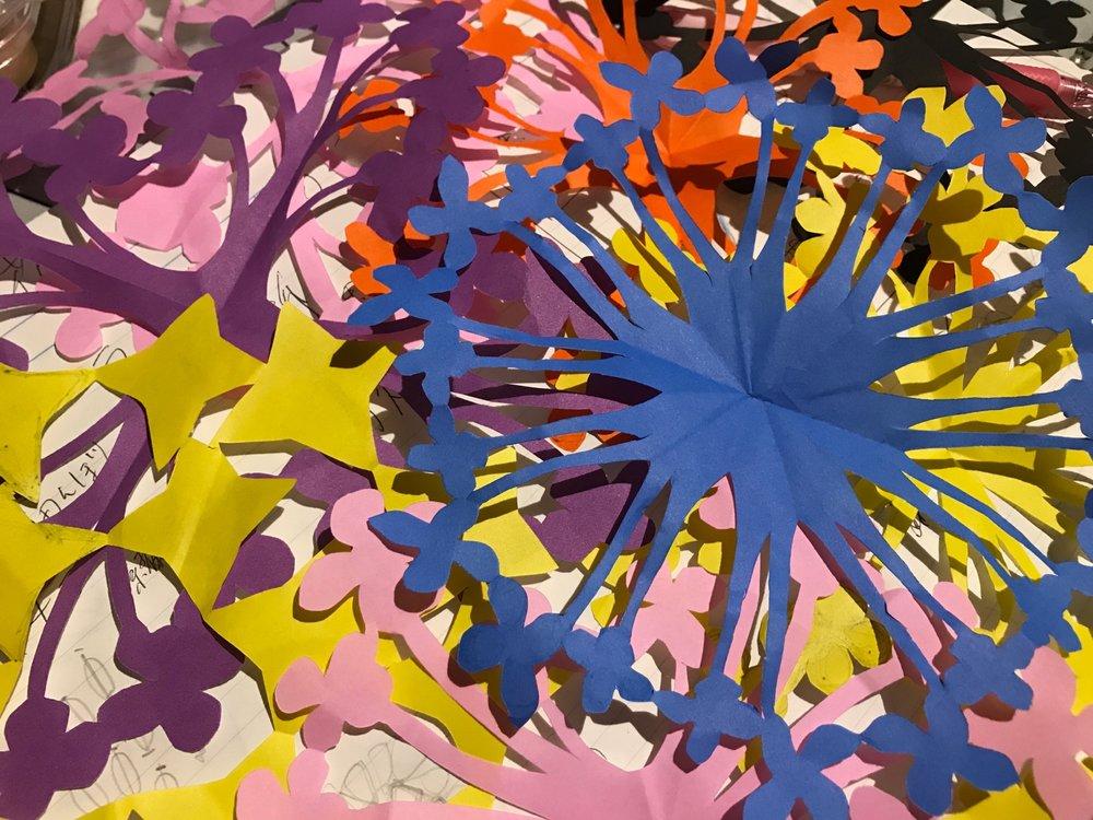 ランタナ花の透かし彫りデザイン。好きな形へたどり着くまで何度も紙を切る。