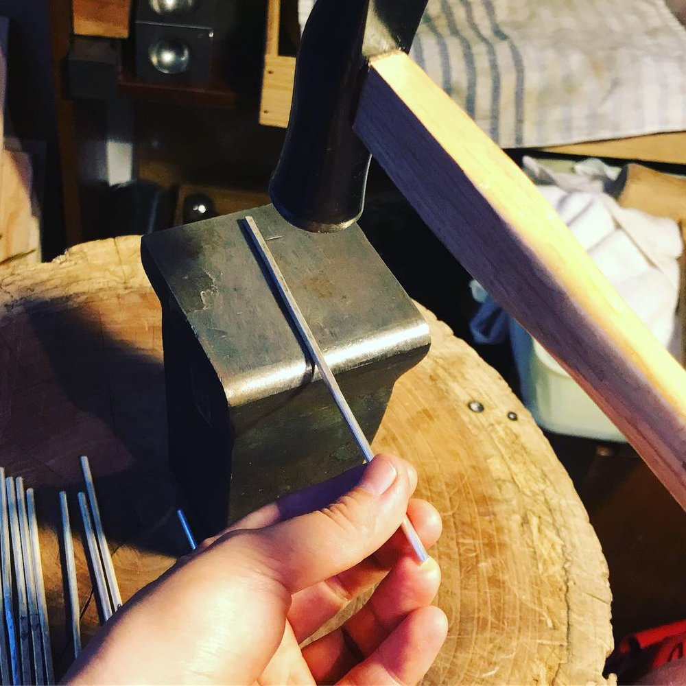 リサイクル銀材を金槌で伸ばします