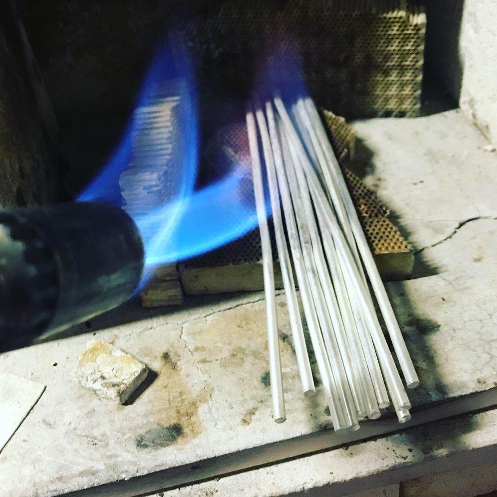 銀材を熱で柔らかくする