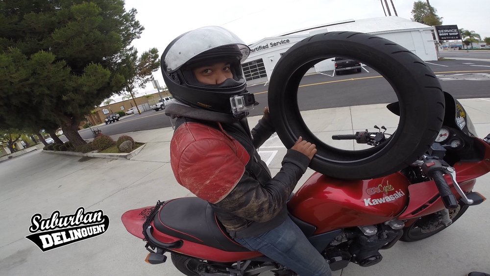 how-to-secure-a-tire-on-a-motorcycle.jpg