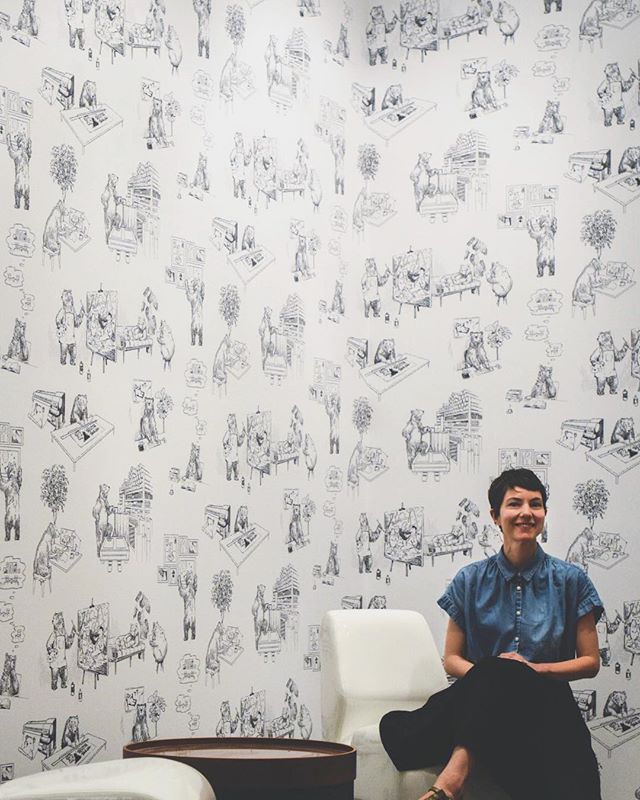Remember when @melanieamaral created the most brilliantly adorable toile design showcasing each of Grand Image's departments through fuzzy bears? Well now it's a wallpaper in our showroom and we're all obsessed 🙌🏻🙌🏻