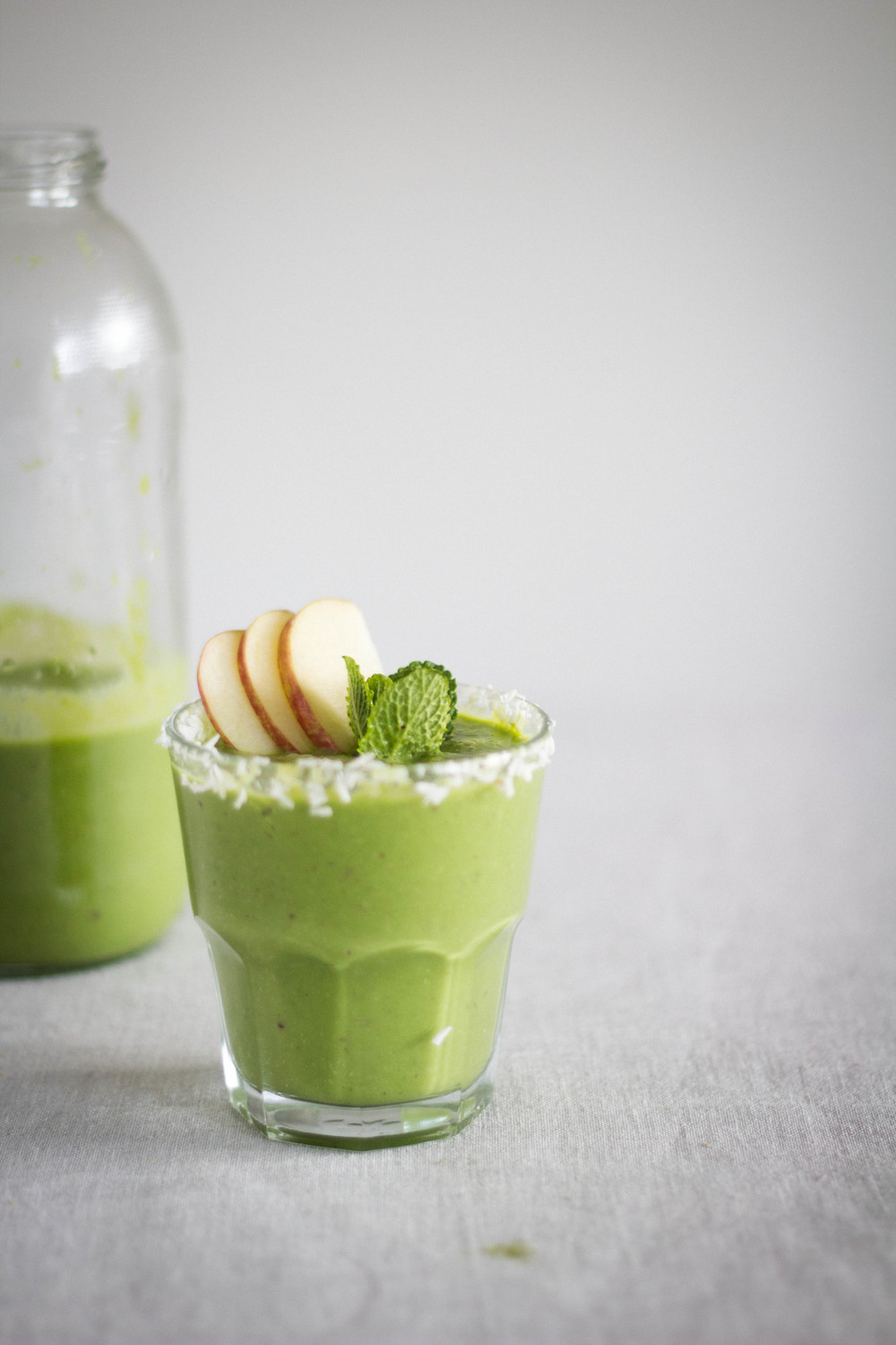 Banana and spinach smoothie w/ mint and coconut