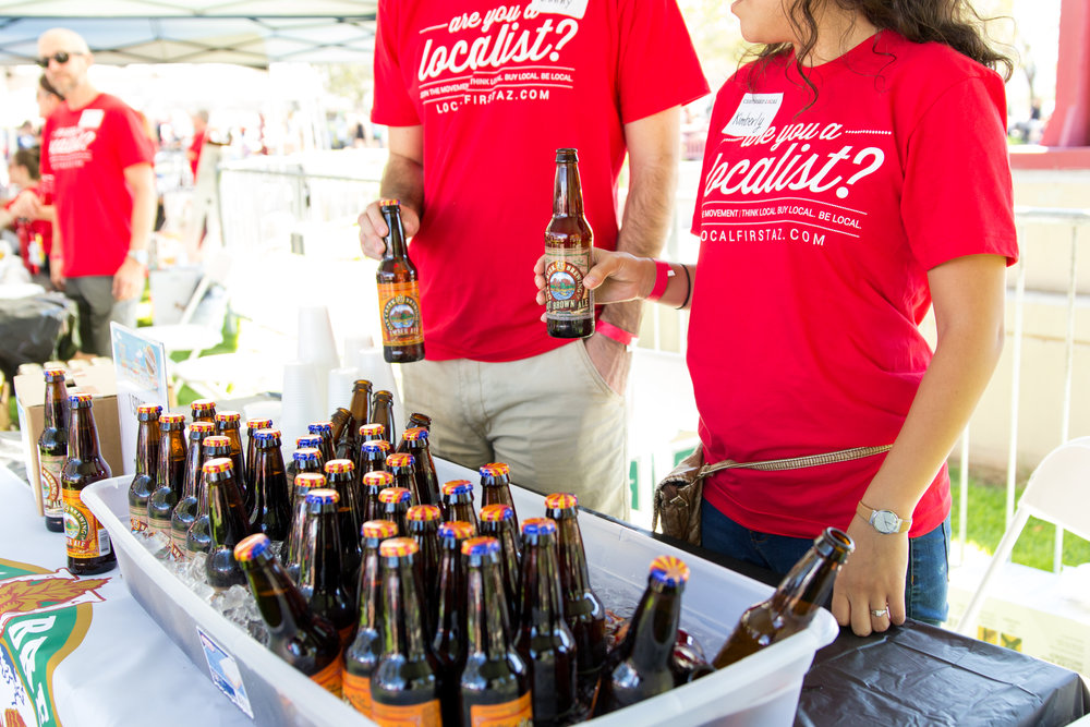 Volunteers pouring beers from Oak Creek Brewery at the 2016 Fall Fest. Credit: Harrison Lai Photography.