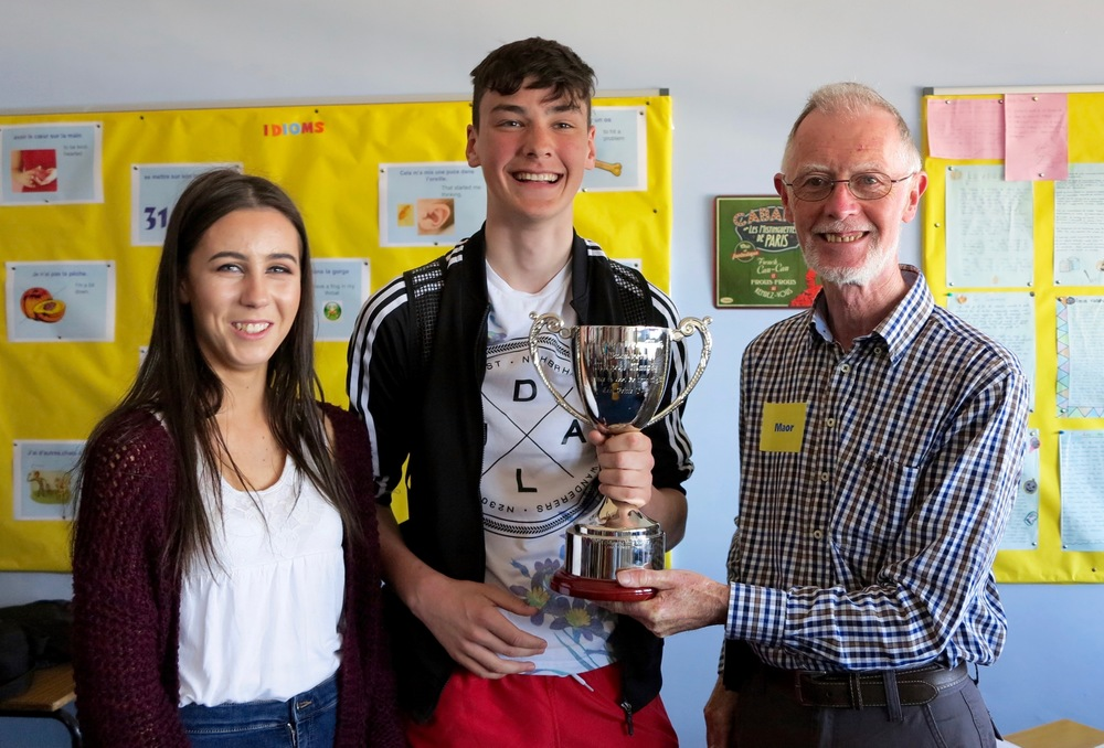 Delighted U18 Duet Winners - Lily Treacy and Tama De Burca of Craobh Naithí - being presented with the trophy which was sponsored by the Murphy family