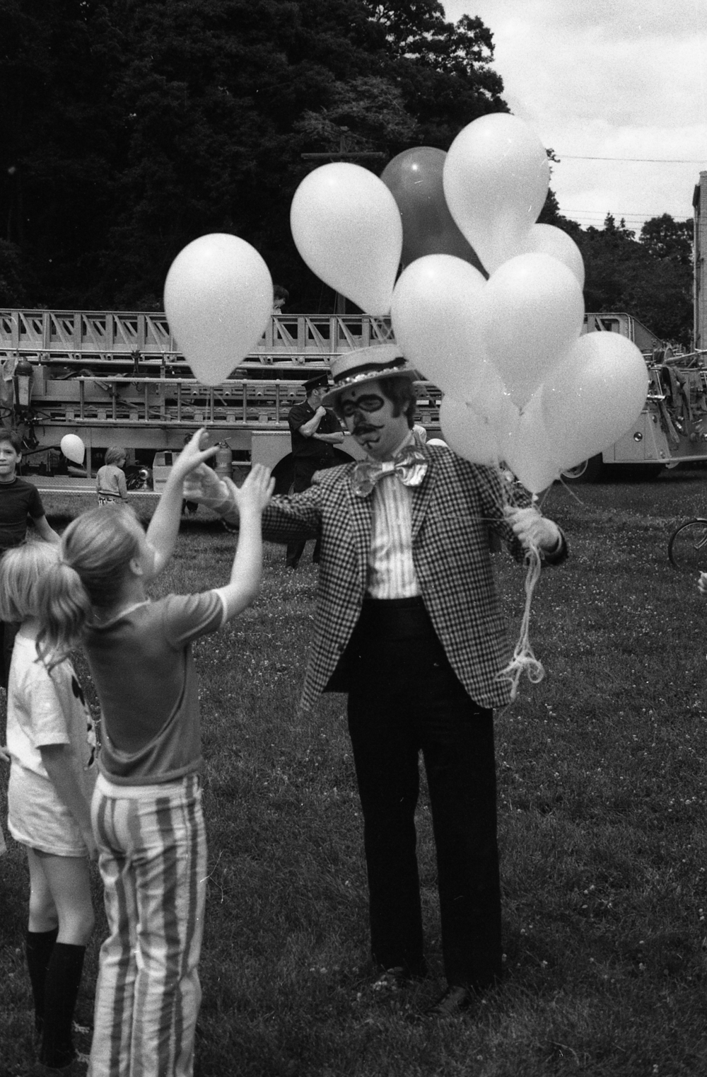 Picture 01: Who is the man handing out the balloons?