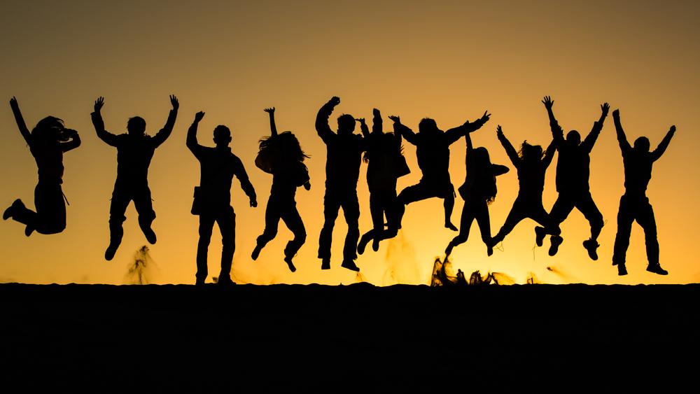 在鳴沙山上的日出時分,眾人一躍。