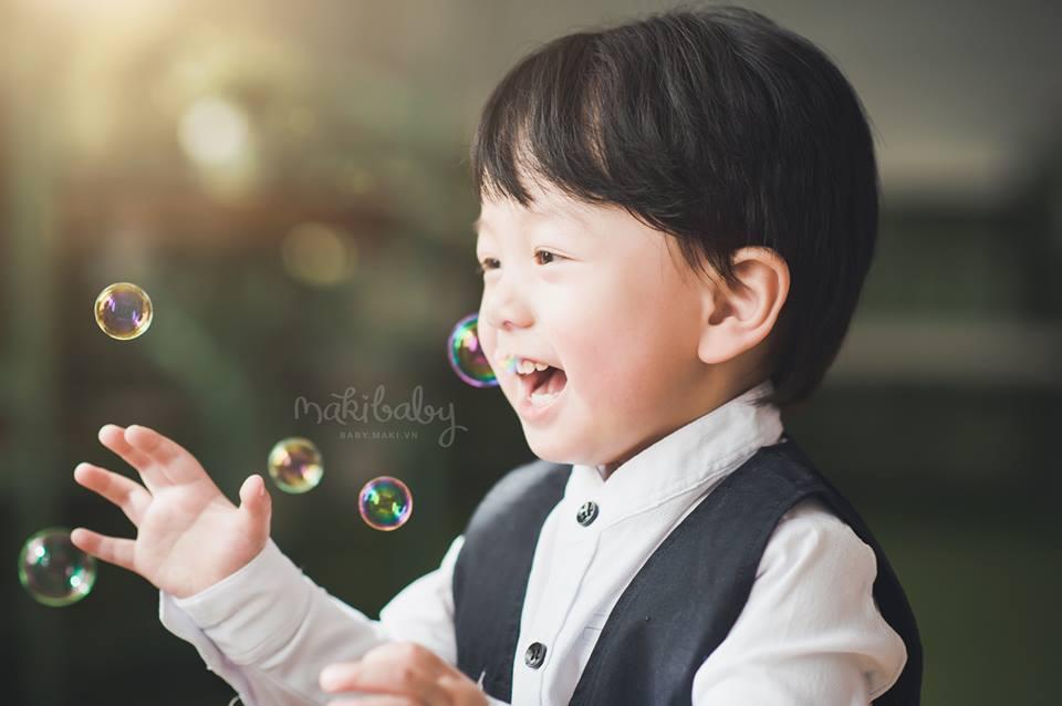 Chụp ảnh cho bé trai. Ảnh: MAKI