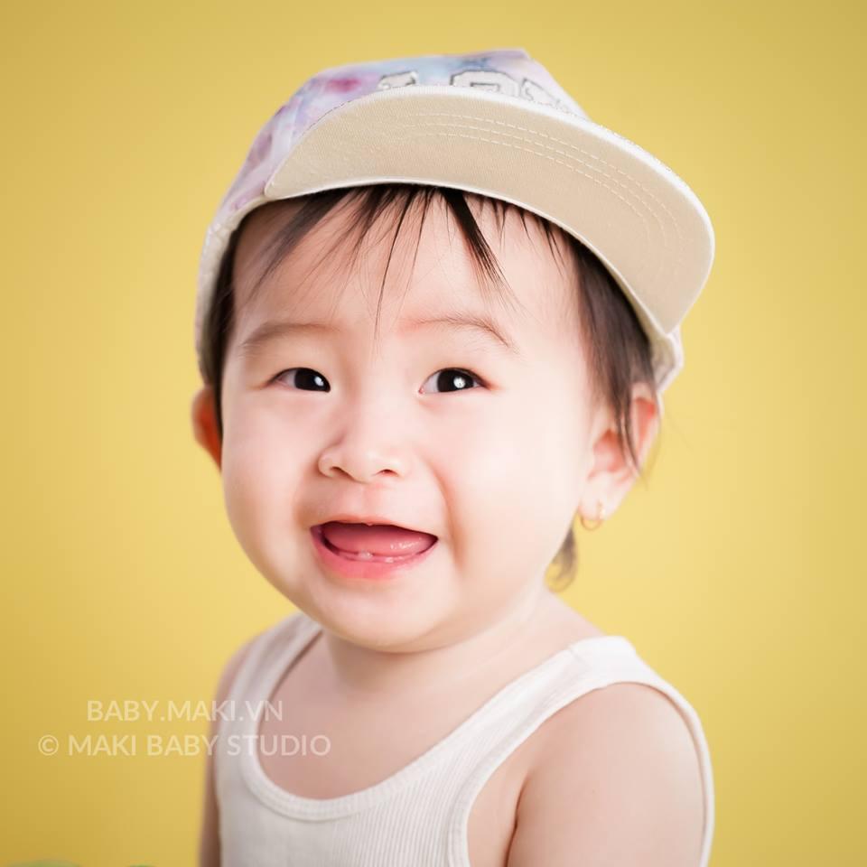 Chụp ảnh cho bé. Ảnh: MAKI Baby