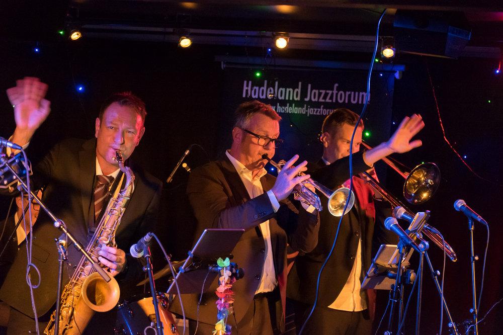 """Foto: Tore Pettersen   Det ble en forrykende konsert på Huset 19. august. Prima Vista Social Club er  et band som på kort tid er blitt en """"snakkis"""" blant arrangører og musikere og har gjort seg bemerket som et heidundrende partyband! Gruppen spilte for fullt hus under Oslo Jazzfestival 2015, og holder sin allerede sagnomsuste julekonsert med diverse gjester på Buckleys hvert år.       Bandet består av Oslos kanskje sprekeste blåserrekke, pluss et drevent komp, frontet av entertainer Svein Erik Martinsen. Prima Vista spiller publikumsvennlig swing, blues, salsa og jump 'n jive, inspirert av den hardtsvingende musikken på 1940- og 50-tallet, med bl.a. Louis Prima, Louie Jordan, Ray Charles og Brian Seltzer som forbilder. Elegant antrukket, men med energi, show og fanfarer.    Det ble en konsert som trakk bra med folk og publikum koste seg musikalsk og fikk god underholdning.       Svein Erik Martinsen - gitar, vokal   Jens Fossum - kontrabass   Torstein Ellingsen - trommer   Erik Eilertsen - trompet   Håvard Fossum - tenorsax   Kristoffer Kompen – trombone"""