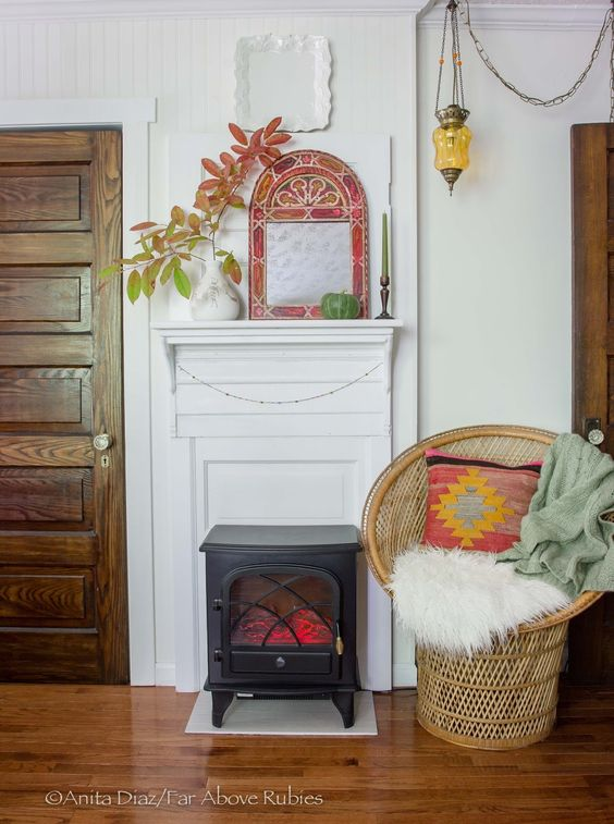We love this little fireplace! The use of complimentary reds and greens bring this miniature space to life.