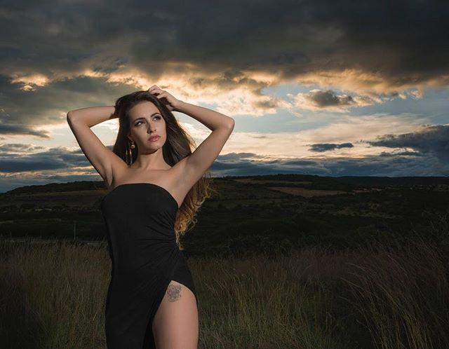 Un pequeño teaser del trabajo que hice con @laurabiuis hace unos días en pleno anochecer.  #SonyAlphaPartners #horadorada #puestadesol #sunset #sexy #goldenhour #beauty