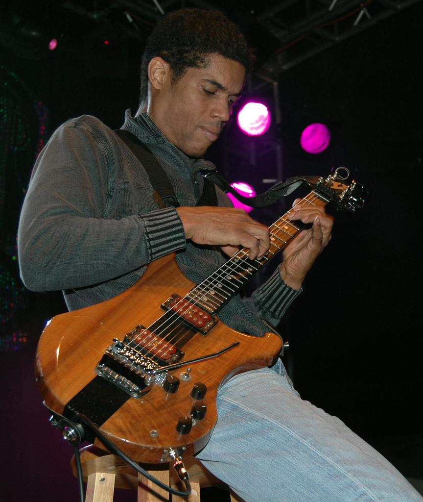 stanley-jordan-tapping-bass.jpg