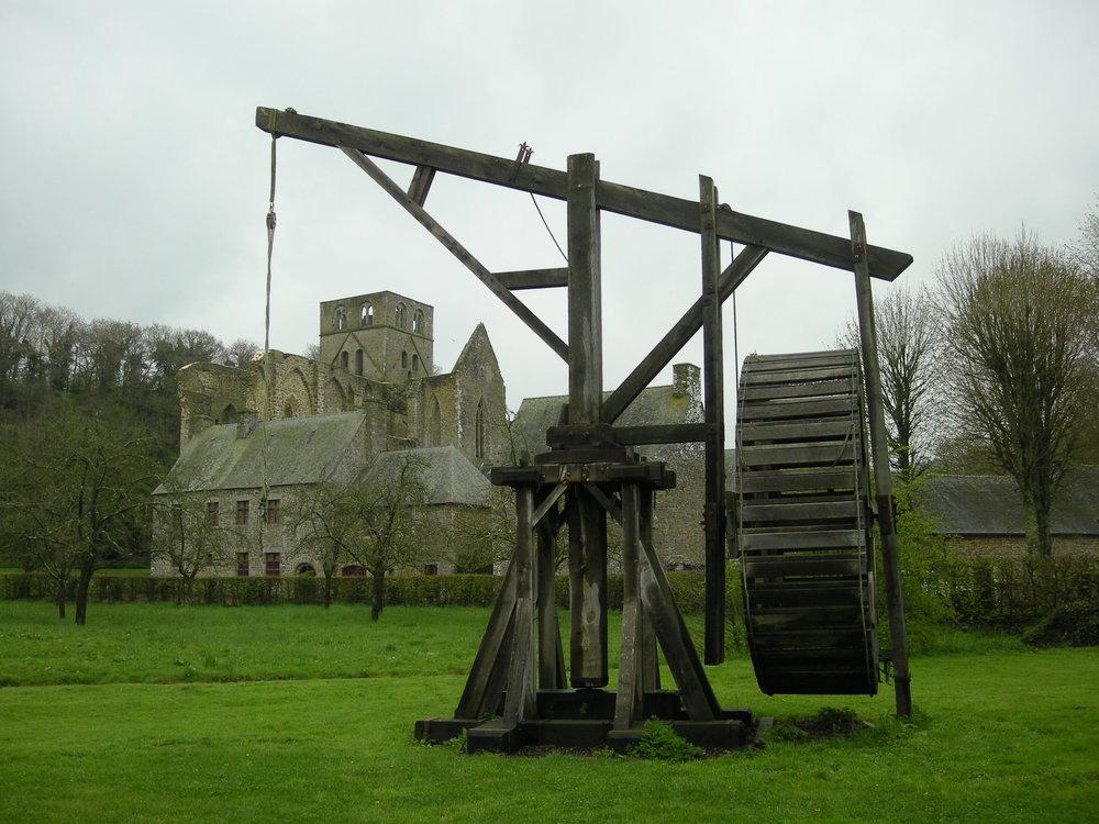 Grue médiévale (reconstituée) devant l'abbaye de Hambye (Normandie) By Ji-Elle (Own work) [Public domain], via Wikimedia Commons