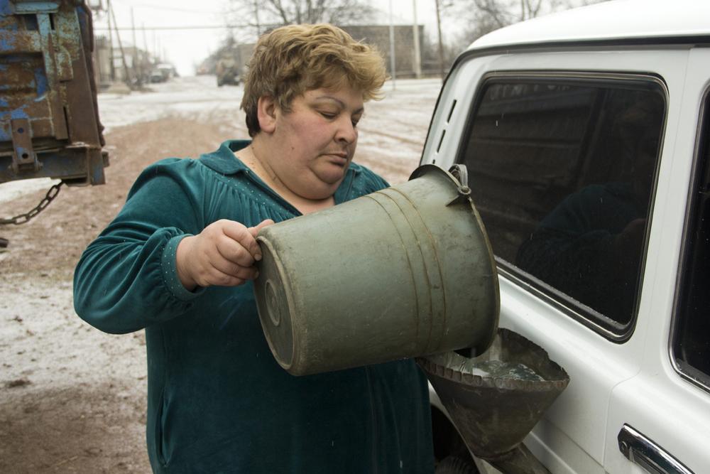 """Nella strada che porta in Nagorno le stazioni di servizio sono poche, ma nei villaggi si trovano benzinai """"abusivi"""""""