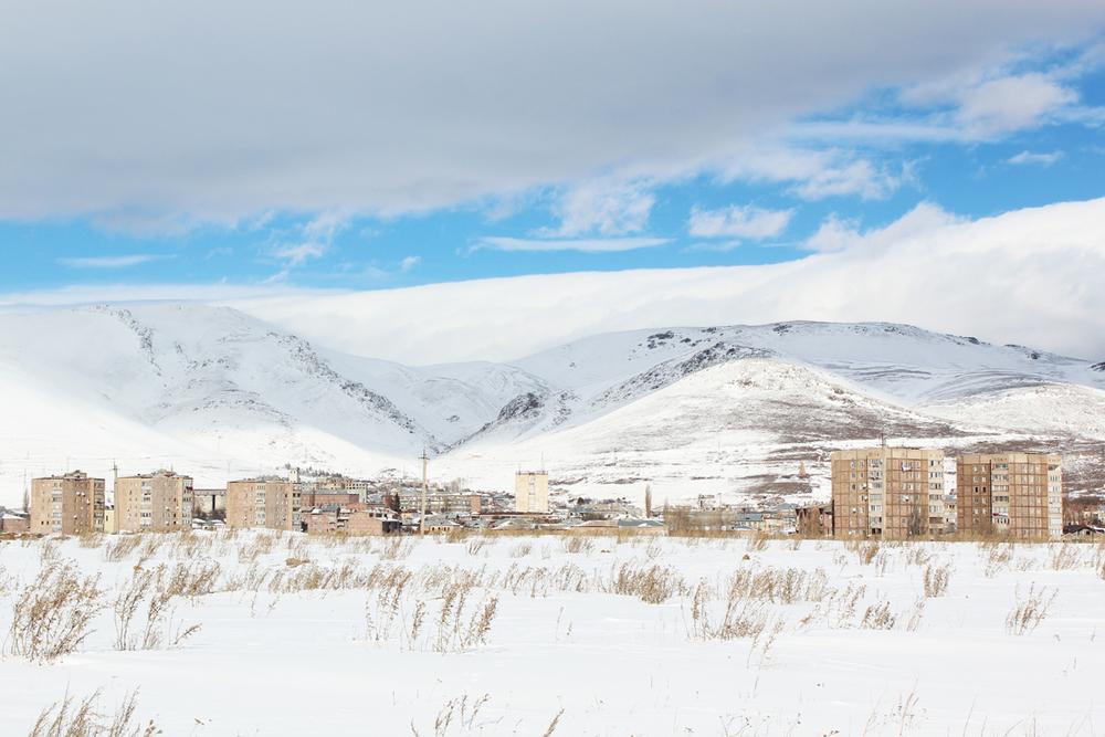 Sevan, capoluogo del Gegharkunik. La regione confina con l'Azerbaijan ed è numerosa la presenza di militari.