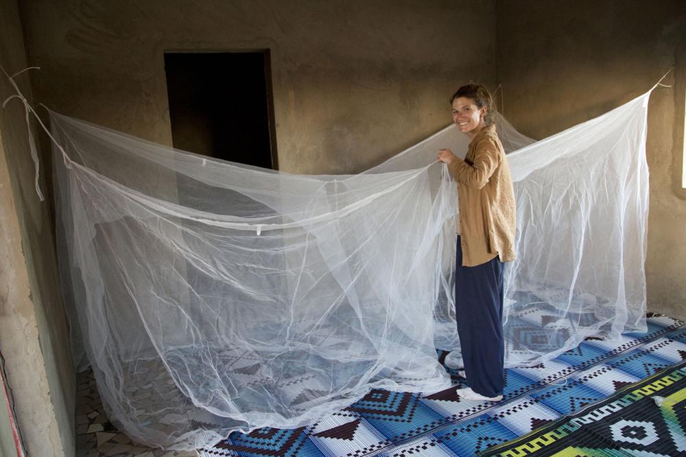 La visitatrice Selena prepara il letto per la notte