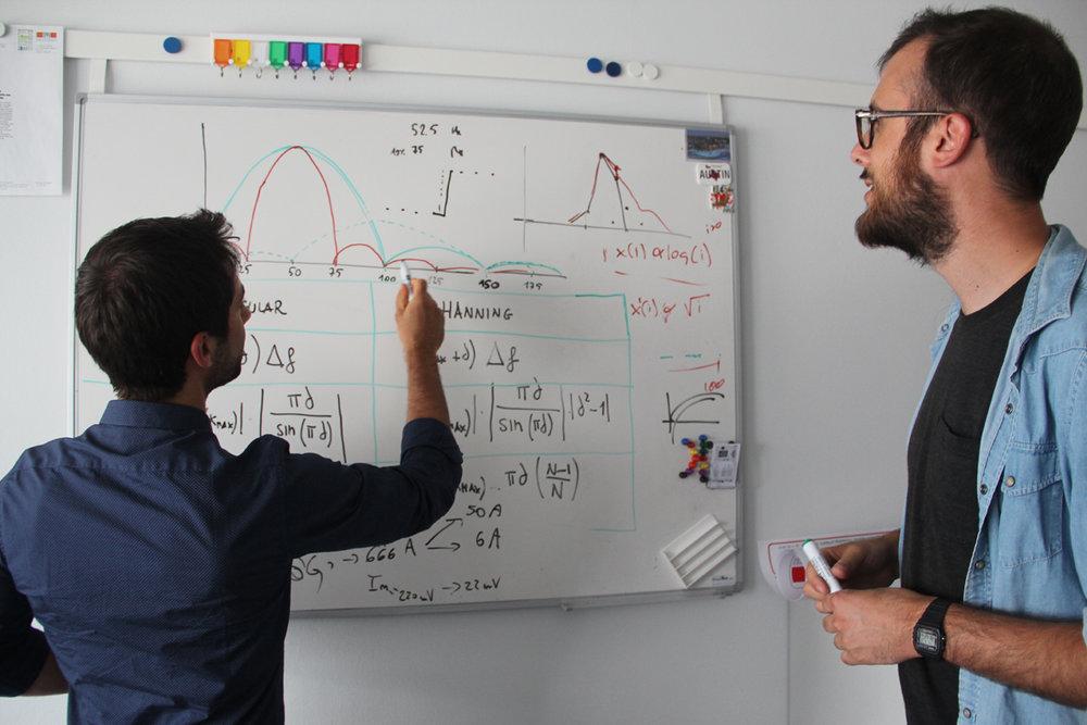 Due ricercatori del laboratorio DESL al lavoro