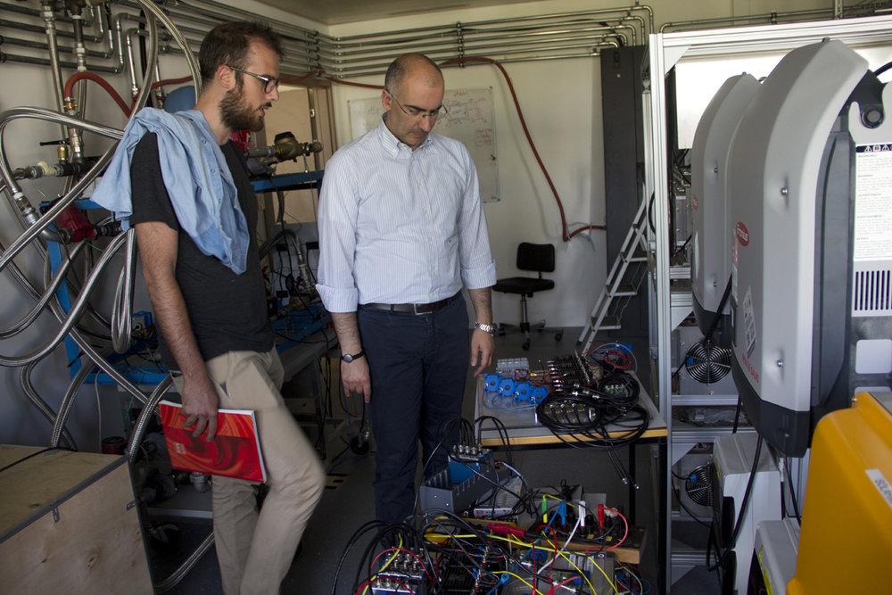 Il professore Mario Paolone, direttore del laboratorio DESL, insieme al ricercatore del suo team Paolo Romano