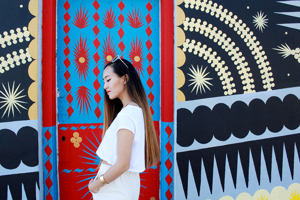 Absolutely in love with the bold patterns and contrasting colors of this wall mural!