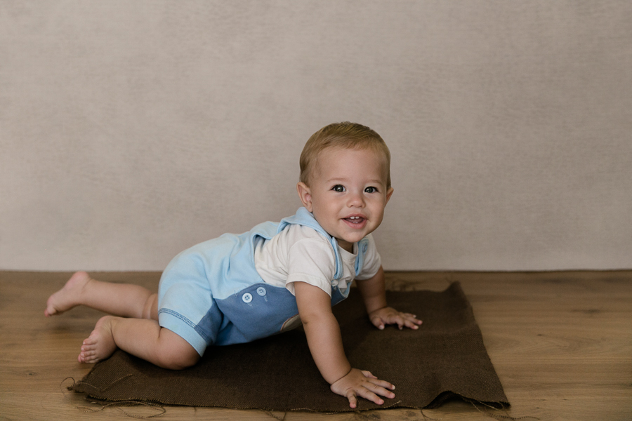 toddler crawling children's photos children's photographer family photographer gold coast upper coomera