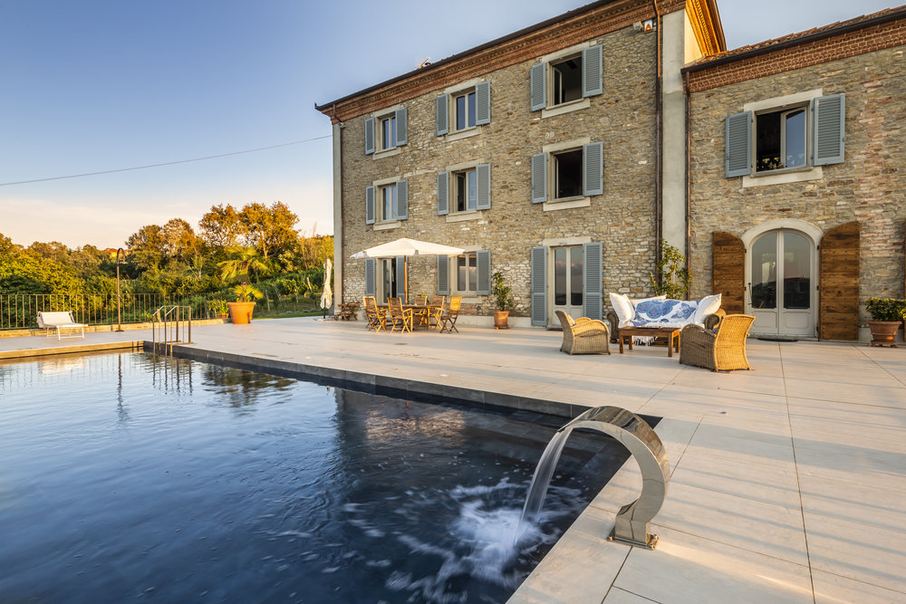 The property is located in the evocative environment of the UNESCO Langhe - Monferrato hills. Here, the charm of the vineyards blends with the historic allure of the house, creating the perfect solution for a luxury stay in total relax.