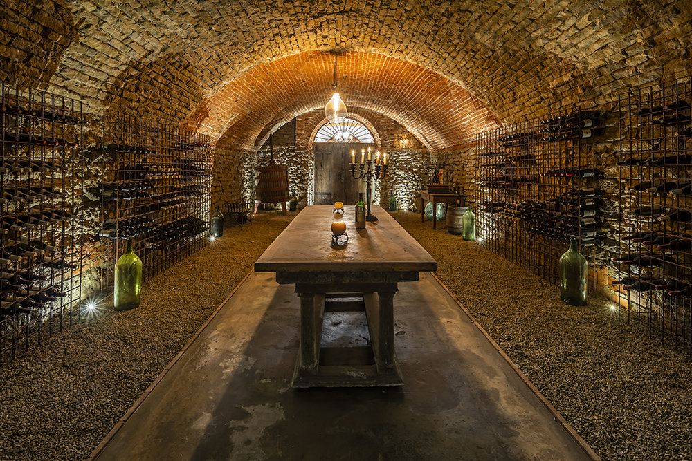 Lastly, the old basement has been transformed in a charming cellar, showing a stone vault and a gravel floor, illuminated by a light system placed on the floor.