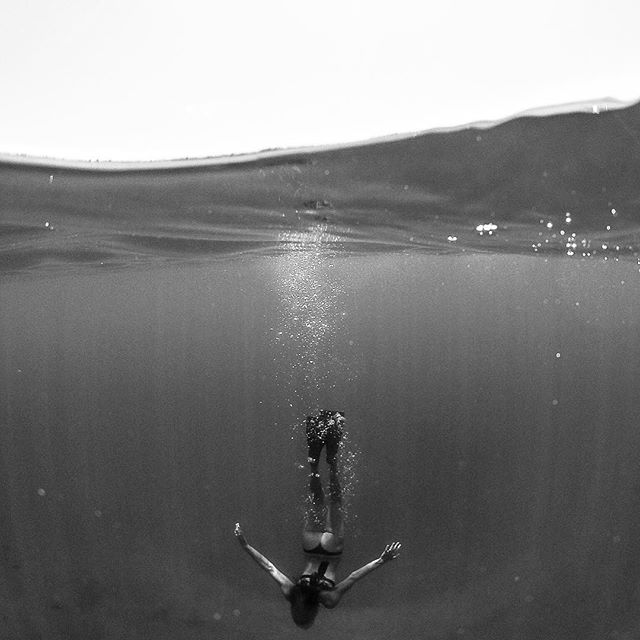 Submission @hannahmariemills #underwater #bubbles #gopro #booty #hawaii #maui @spl_waterhousings #freedive #onebreath #domeport #light #lightrays #mylove #submission #decending #blackandwhite #underwaterphotography