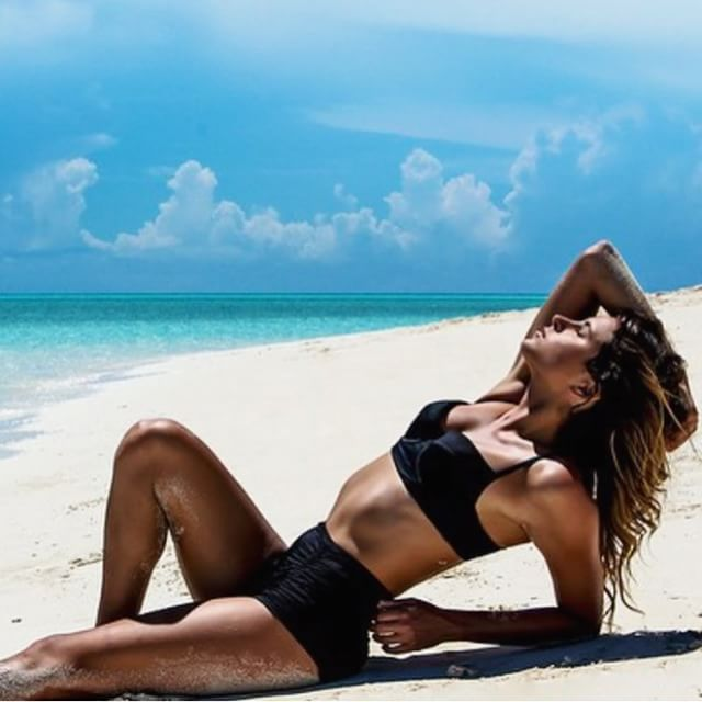 @anastasiaashley in the Bahamas with @lycra_brand 📷 @squatchcreative @marcusrussellprice #Bahamas #photoshoot #paradise #model #nofilter #sike