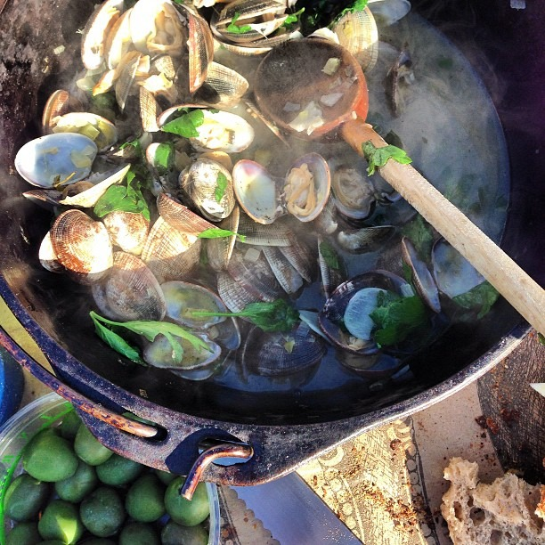 Beautiful day at hog island farm in point reyes! Fresh steamed clams: leeks, garlic, onion, celery, thyme, white wine @organizedtourist #clams #food #castiron #foodporn (at Hog Island Oysters Tamales Bay Ca)