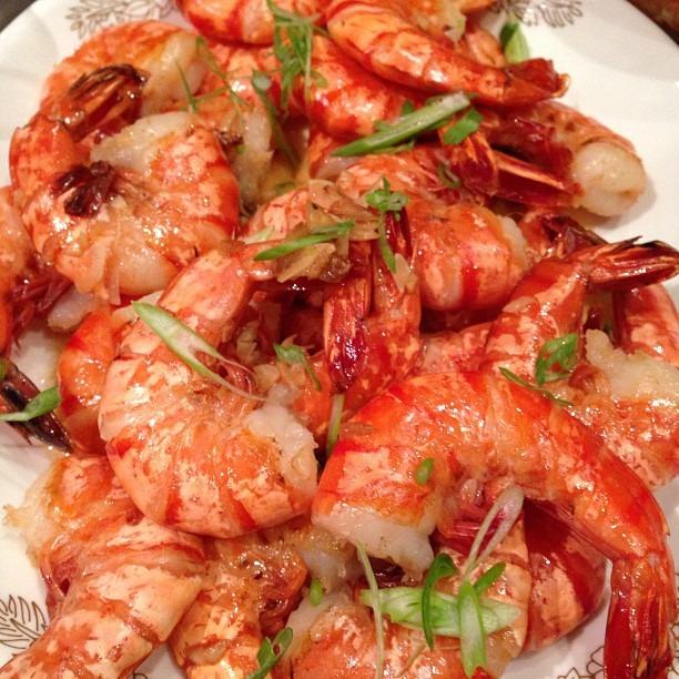 Sautéed JUMBoOO prawns w/lots of garlic butter. @carmgamun @jaeng89 @ajolene @backyardtreasures @tikay36. Makes me miss Hawaiian shrimp trucks w/ @rebelkimmay @candyho! #soupmama #shrimp #garlic #seafoodboil  (at Soup Mama Mel's Kitchen)
