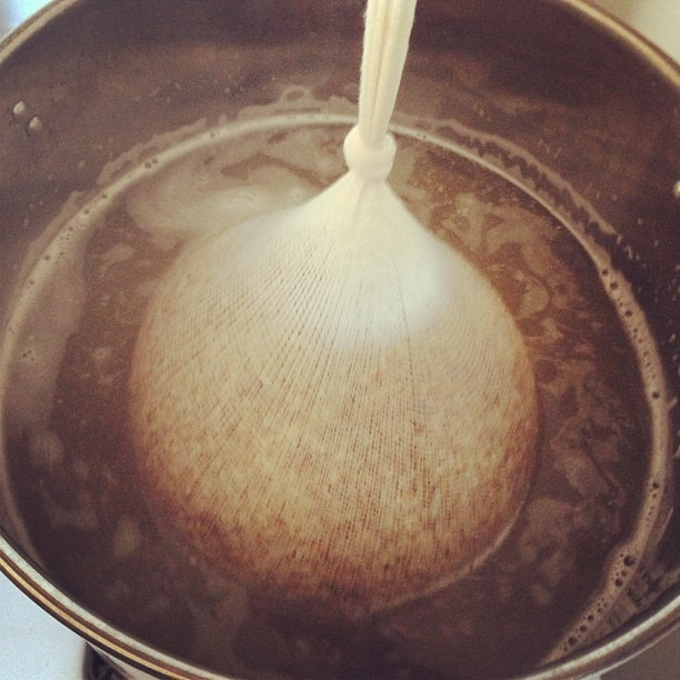 Homebrewin' the summer hefeweizen 🍻 #homebrew #beer #fermentation #soupmama #hefeweizen (at Soup Mama Mel's Kitchen)