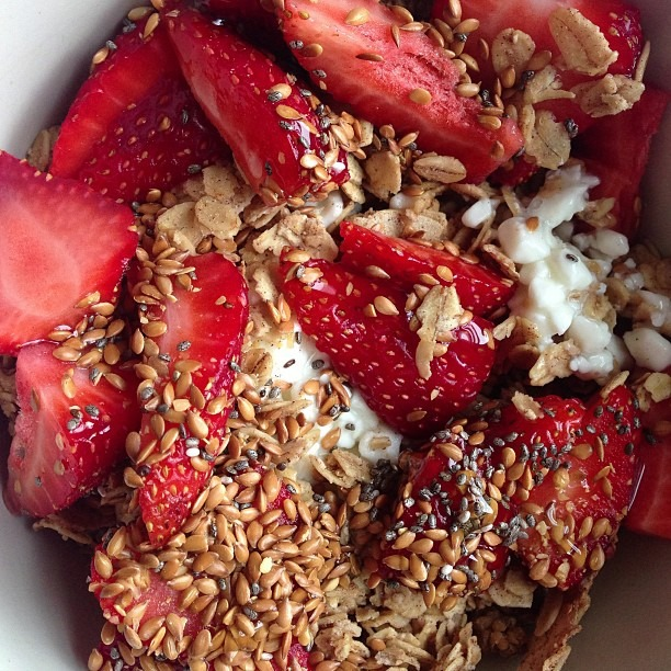 Nana Joe's mulberry coconut pecan granola, market strawberries🍓, cottage cheese, flaxseed, chia seeds, honey, maldon salt #superfood #nanajoes #farmersmarket #soupmama #nofilter #breakfast (at Soup Mama Mel's Kitchen)