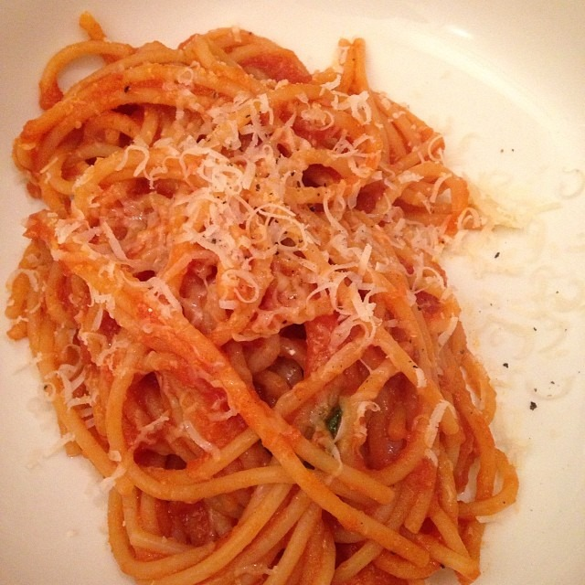 Spaghetti night! 🍝🍷 #pasta #delfinastyle #soupmama #sanmarzanotomatoes (at Soup Mama Mel's Kitchen)