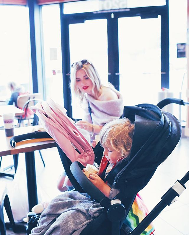 Sometimes 🍦 is the only way things can get done 😉 Lots of happiness in that double stroller 😹💖 //////// Иногда 🍦 - единственное спасение для того, чтобы успеть написать планы на неделю 😉 двойное счастье в двойной коляске 😹💖 #livingnotes #life #weekend #дети #счастье #счастьеесть #счастьевмелочах #bugaboo #bugaboodonkey #today #сегодня #выходные