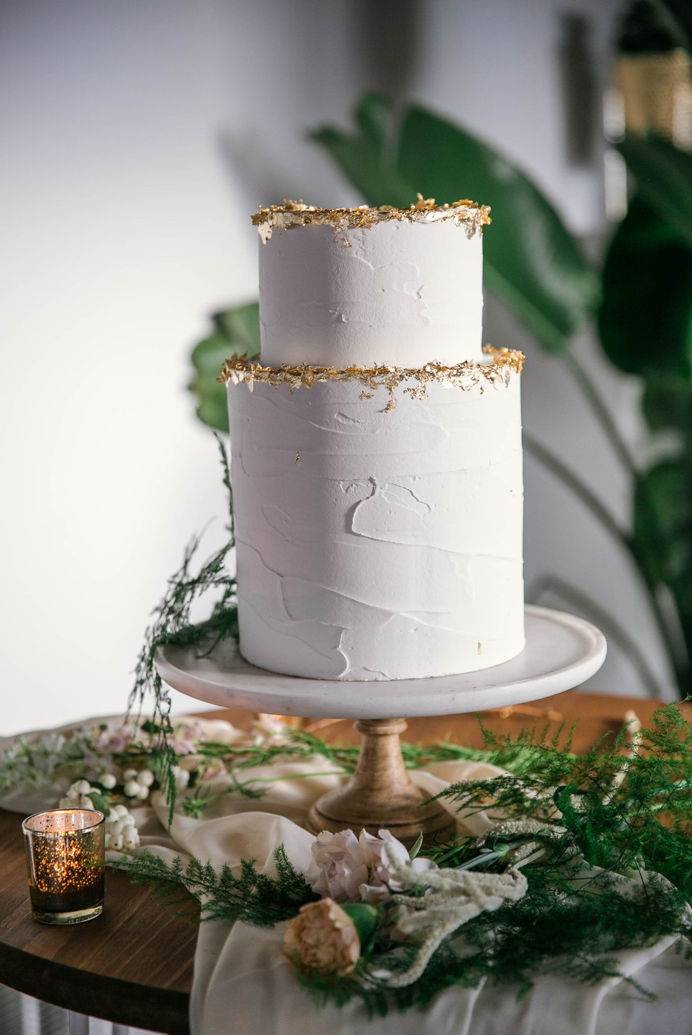 Plain White Wedding Cake with Gold Accents made my Tortoise.Design - oahu hawaii wedding photographer