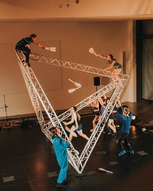 Maybe my most favorite job from last year has not made its way to the social medias yet. I was blown away by the #performance of @kompaniecirco at @sprengel_museum_hannover To me a new #experience of #circus #artistry and #art in general. Thank you so much for the experience! Check those guys out!  #newcircus #hannover #hanover @junge_sprengelfreunde @sprengelfreunde #culture #stage #performance #impressive