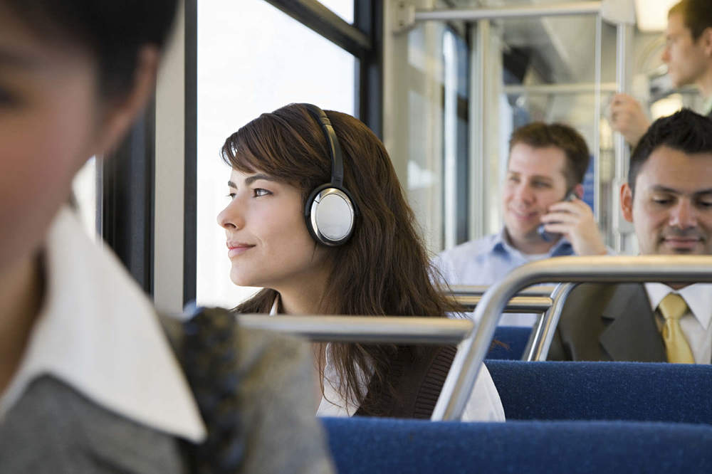 commuter listening to mp3 flashcard audio file